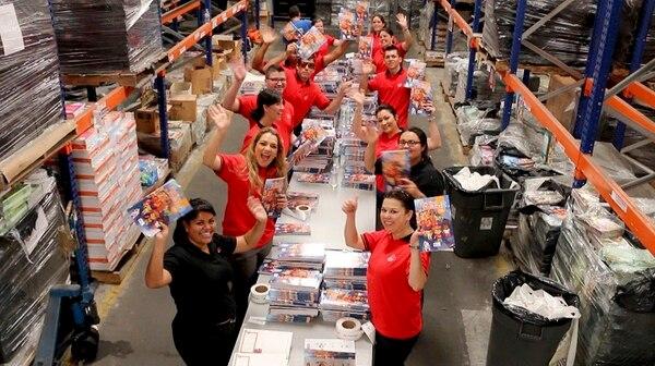 Parte del proceso de donación de libros implica empacarlos, lo cual también realizan voluntarios de la marca.