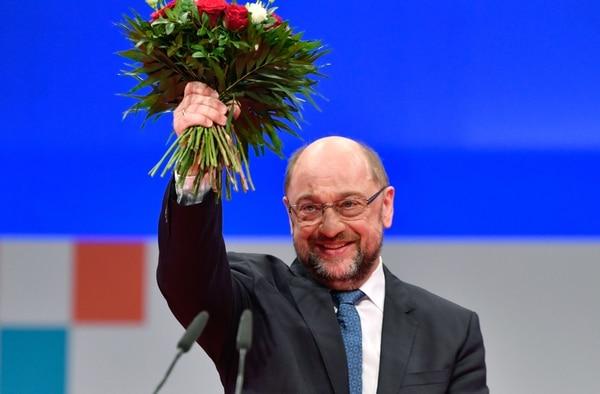 Martin Schulz, líder del partido socialdemócrata SPD de Alemania, sonríe después de ser reelegido como líder del partido durante el congreso del SPD el 7 de diciembre de 2017 en Berlín.