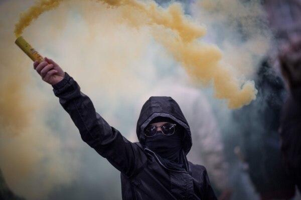 Un manifestante usó un dispositivo para esparcir humo durante una protesta de 'chalecos amarillos' en la ciudad de Nantes, oeste de Francia, este sábado 16 de noviembre del 2019.