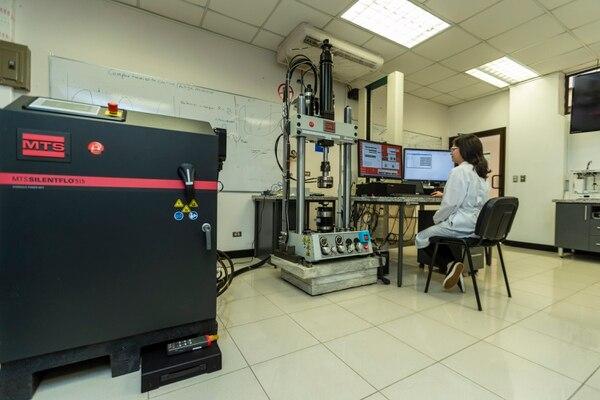 Laura Rojas Rojas, estudiante de doctorado en el Tec, desarrolla un proyecto de estimulación mecánica a muestras de polímeros fabricadas para simular huesos y músculos. Fotografía José Cordero