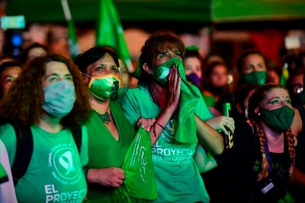 Activistas pro-aborto esperaban la votación del proyecto de ley del Senado para legalizar el aborto, en las afueras del Congreso, en Buenos Aires, el 30 de diciembre del 2020. Foto: AFP