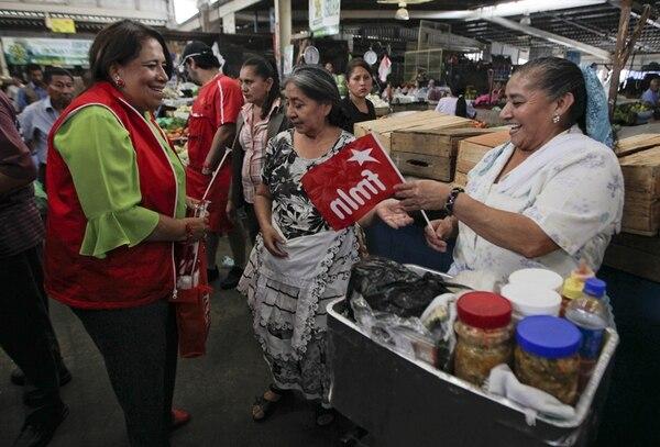 La diputada del FMLN Nidia Díaz (izquierda ) participó ayer en una actividad de la campaña electoral en el mercado central de San Salvador. Las mujeres constituyen la mayoría de la población de El Salvador y, por tanto, del padrón de las próximas elecciones presidenciales, pero siguen ocupando un porcentaje mínimo de los puestos políticos claves del país. | EFE