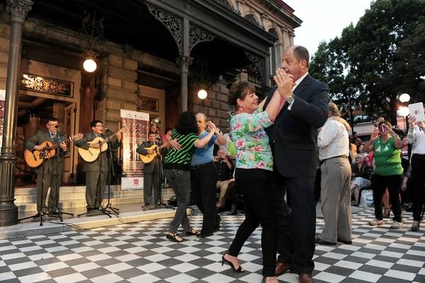 En pareja. La vecina de San Sebastián, María Cecilia Díaz, sacó a bailar al presidente Luis Guillermo Solís. John Durán.