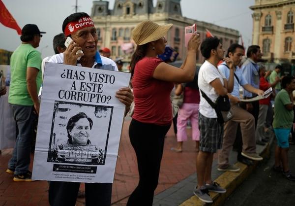 Una marcha contra la corrupción, en Lima, en febrero del 2017, señalaba al expresidente Alejandro Toledo por los supustos sobornos que recibió de Odebrecht.