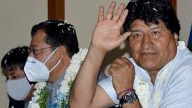 Le lanzan silla a Evo Morales en medio de disputas por elección de candidatos de su partido