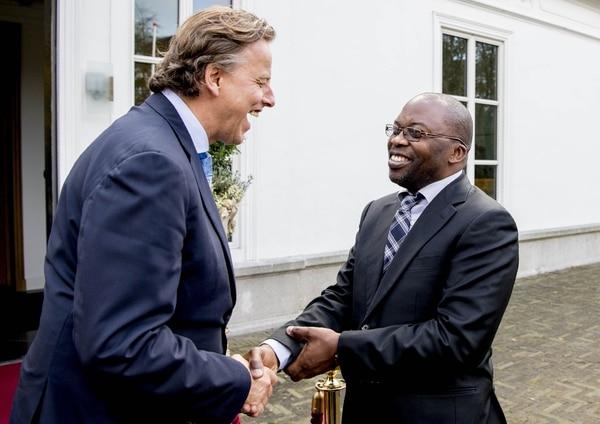 El ministro holandés de Asuntos Exteriores, Bert Koenders (izq.), recibió al ministro sudafricano de Justicia y Servicios Correccionales, Michael Masutha en el Catshuis, en La Haya, Holanda. Masutha participó este martes en la reunión anual de la Corte Penal Internacional.