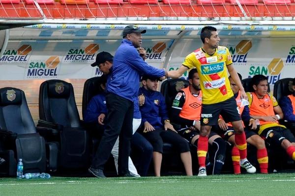 Hernán Medford felicitó a Josué Martínez, tras salir de cambio en el juego de hoy ante San Carlos. Martínez abrió el camino del triunfo para el 'Team'.