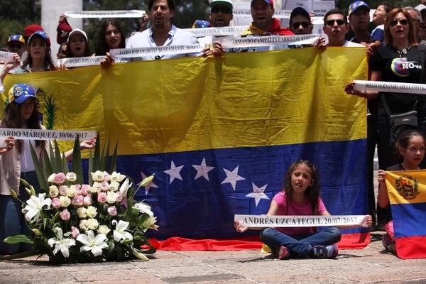 Venezolanos residentes en México participaron en un memorial pir las personas que murieron en las protestas contra el gobierno del presidente Nicolás Maduro, en el monumento a los Héroes Ninos en la ciudad de México, el domingo 30 de julio de 2017.