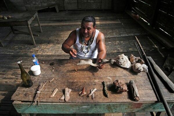 Luis Fonseca muestra algunas de las plantas medicinales en Rancho Grande. En sus manos, una 'escalera de mono'. Foto: Albert Marín
