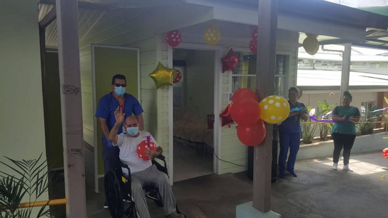 Hogar de Ancianos Calos María Ulloa, porque regresó uno de sus abuelitos después de pegarle una cachimbeada al coronavirus.