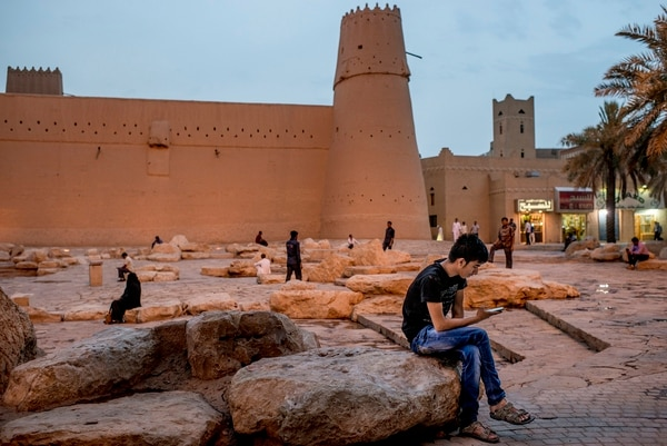 Cualquier sitio es bueno para los jóvenes saudíes para chatear o navegar en Internet. Este lo hace enfente del fuerte Masmak, en Riad.