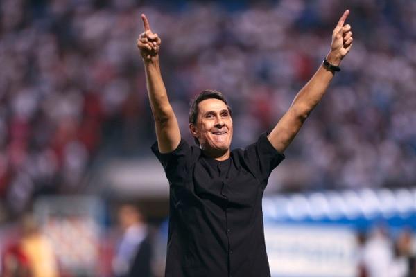 Alexandre Guimaraes celebró la victoria sobre la Universidad Católica de Chile. Fotografía: AP