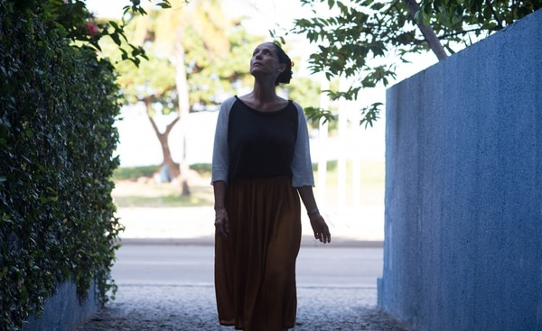 Sonia Braga encarna a Clara, una crítica de música retirada que vive frente al mar en Recife, Brasil.pie.cORTESÍA DE PACÍFICA GREY
