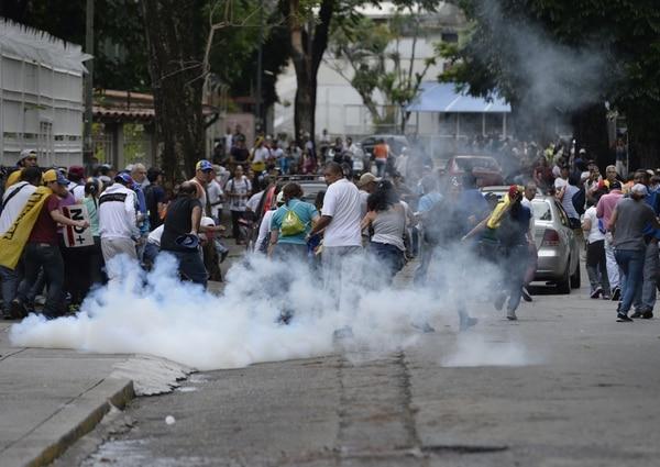 Opositores protestan en contra del gobierno de Venezuela, el 1 de mayo de 2017