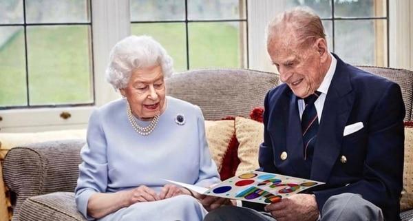 Esta es la última foto oficial para la que posaron la reina Isabel II y su esposo el príncipe Felipe, duque de Edimburgo. Foto: Twitter