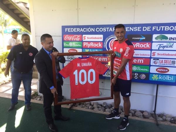 Michael Umaña recibió la camiseta de la Selección Nacional con su número 100.