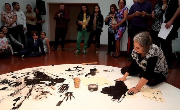 Rossella Matamoros realizó un performance en la inauguración del Salón Nacional de Artes Visuales 2017.