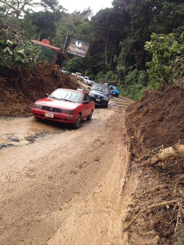 En el distrito de Tabarcia, en el cantón de Mora, el MOPT abrió un pequeño pasó para reabrir la ruta 209 y permitir el ingreso a Acosta