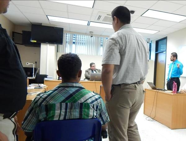 En la foto aparece de espaldas y camisa de cuadros uno de los acusados, de apellido Banton, a la derecha y de corbata el fiscal Dawer Moya.