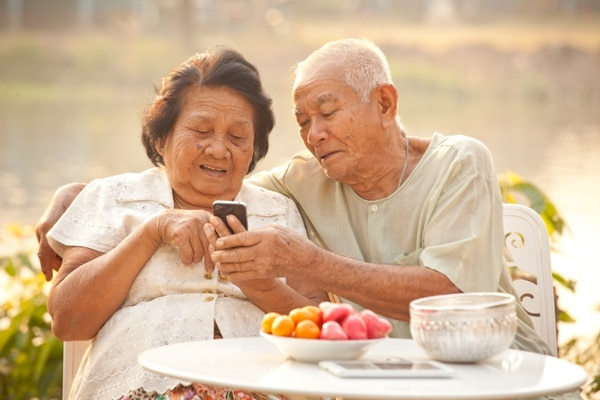 Esta aplicación también involucra directamente al adulto mayor y a sus decisiones. Fotografía: Witthaya P. / Shutterstock