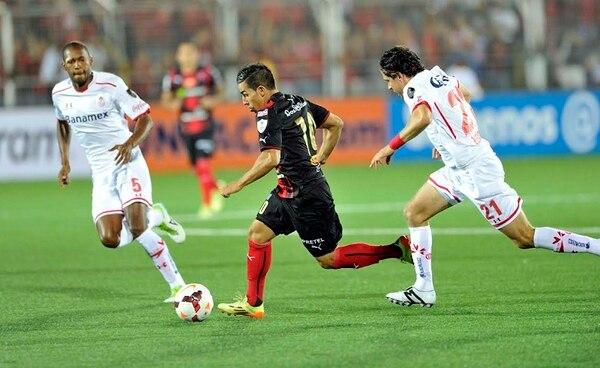 El liguista Álvaro Sánchez corre con el balón ante la presión de Wilson Mathias (5) y Gabriel Velasco (21).