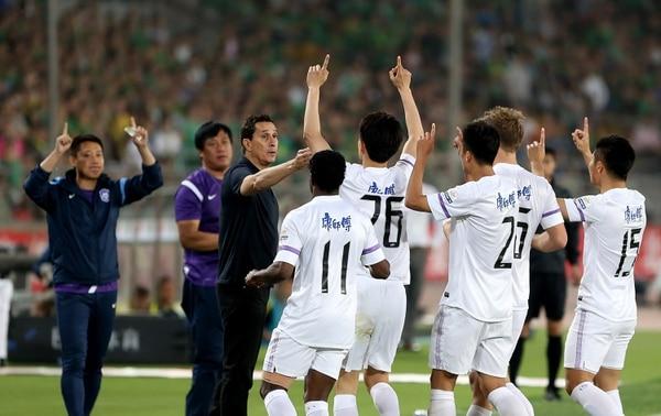 El entrenador costarricense Alexandre Guimaraes celebra un gol de su equipo, el Tianjin Teda en el futbol de China.