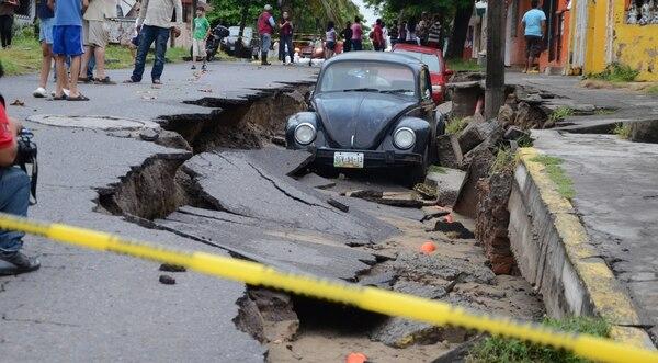 Calle destruida este 2 de septiembre de 2014 en la ciudad de Xalapa, del estado mexicano de Veracruz, debido a las intensas lluvias causadas por la tormenta tropical Dolly.