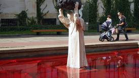 Un escultor polaco hace de Juan Pablo II un 'superhombre'