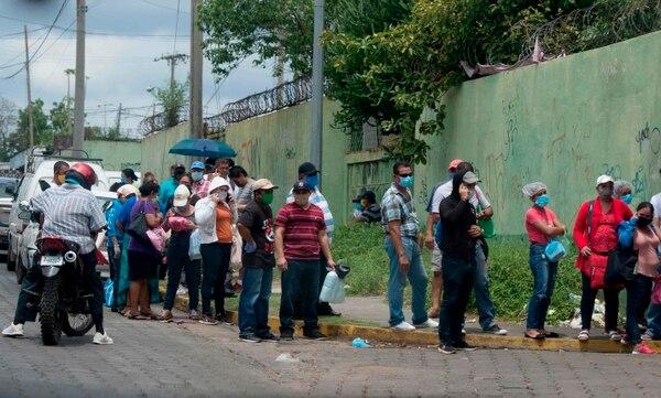 Familiares de pacientes esperan para ingresar al Hospital Alemán Nicaragüense, en Managua, que atiende a personas infectadas con el nuevo coronavirus, el 1.° de junio del 2020. Foto: AFP