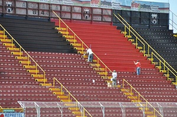 Desde hace meses se trabaja en pintar todas las graderías del estadio del Alajuelense. Además, se hacen varias mejoras en camerinos, oficinas administrativas y otras instalaciones del reducto manudo.   FRANCISCO BARRANTES