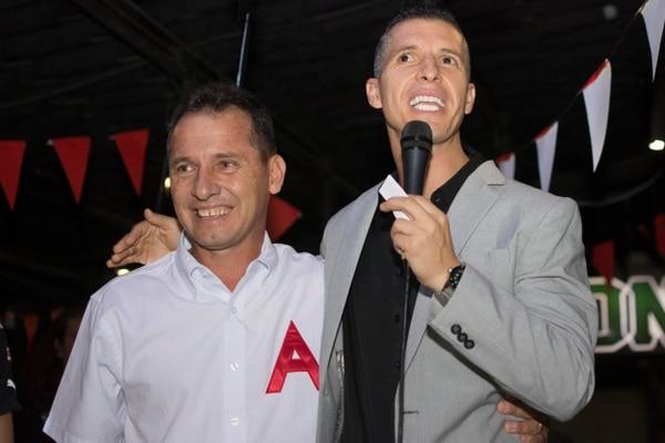 En el brindis del 99 aniversario de Alajuelense, Pablo Gabas le dijo a Wílmer López que espera que pueda jugar unos minutos en su partido de despedida, pactado para el 25 de julio. Fotografía: Francisco González