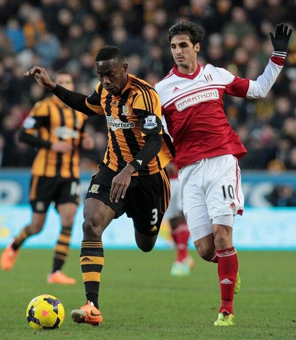 El costarricense Bryan Ruiz (derecha) intenta quitarle el balón al jugador Maynor Figueroa del Hull City.