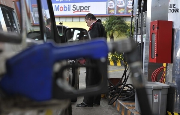 De acuerdo con la Aresep, de cada litro de combustible vendido por Recope, ¢14,56 corresponden al pago de la planilla.   CARLOS GONZÁLEZ.