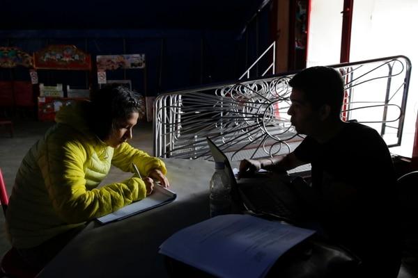 Chiquinquirá Fuentes es lá única adolescente que recibe clases en el circo. Ella cursa décimo año. Su profesor es Juan González.Foto: Mayela López.