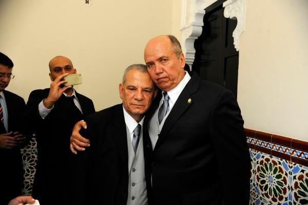 Mientras que Jorge Rodríguez, del PUSC, se inclina por apoyar un nombre de la terna de candidatos a defensor de los Habitantes, su jefe de bancada, Rafael Ortiz, anunció que el candidato rojiazul es el abogado Román Navarro.