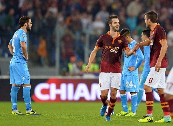 Miralem Pjanic anotó el doblete con la Roma venció al Nápoles.