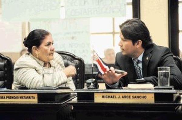 La diputada Aracelli Segura defendió su presencia en una actividad familiar del magistrado Porfirio Sánchez en Atenas, Alajuela, organizada para celebrar la elección del alto juez en la Sala II de la Corte. Aquí, con el diputado Michael Arce, en una foto de archivo. | GABRIELA TÉLLEZ.