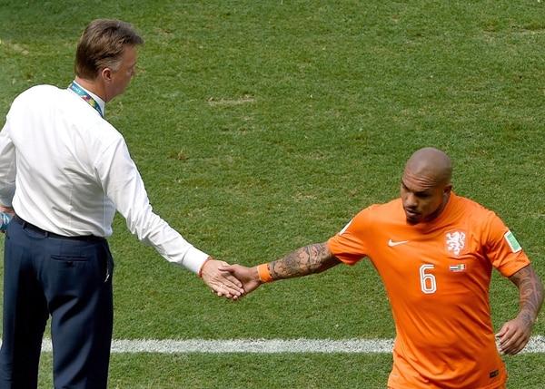 El jugador Nigel De Jong se depside de su técnico Louis van Gaal.