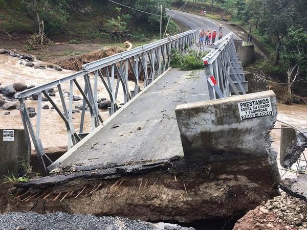Arriba: Puente sobre el río Blanco, en Guayabo de Bagaces colapsó. Abajo: maquinaria limpia cauces de ríos Naranjo y Zapote. | MOPT PARA LN.