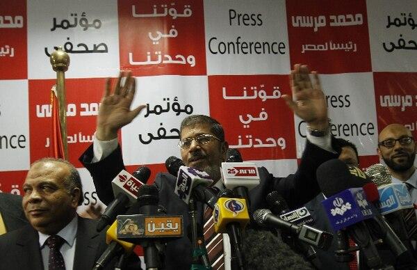 Decenas de manifestantes, quienes se enfrentaron a la Policía, exigieron la renuncia del presidente de Egipto Mohamed Mursi