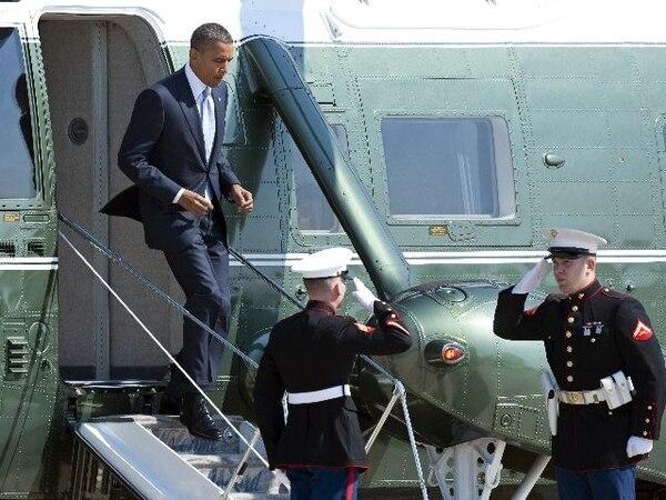 Dos oficiales recibieron ayer al presidente Barack Obama a su llegada a la base Andrews, en Maryland. | AP.