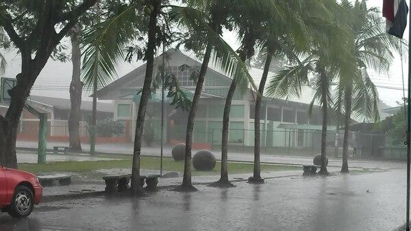 En Osa y otras regiones del Pacífico Sur llovió durante más de dos horas y hubo tormenta eléctrica la tarde de este viernes. Mañana se espera tiempo similar.