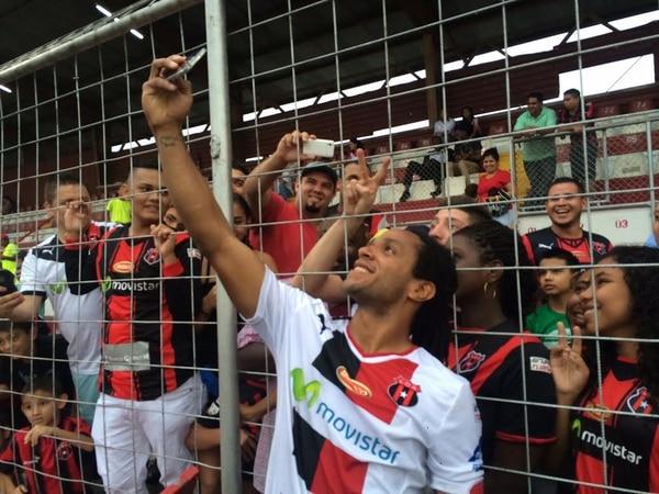 Jonathan McDonald tomó el celular de un aficionado y se tomó un selfie con los seguidores rojinegros al terminar el juego en el Ebal Rodríguez.
