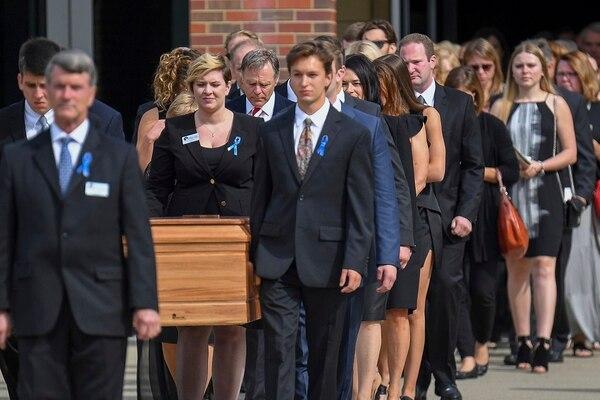 El féretro de su Otto Warmbier era trasladado del Wyoming High School para el funeral en la ciudad de Wyoming, Ohio, el 22 de junio del 2017.