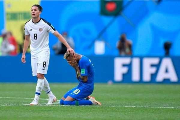 Bryan Oviedo disputó el mundial de Rusia 2018 con Costa Rica, el lateral consuela a Neymar en el duelo que la Sele perdió 2 a 0 ante Brasil. Fotografía: AFP