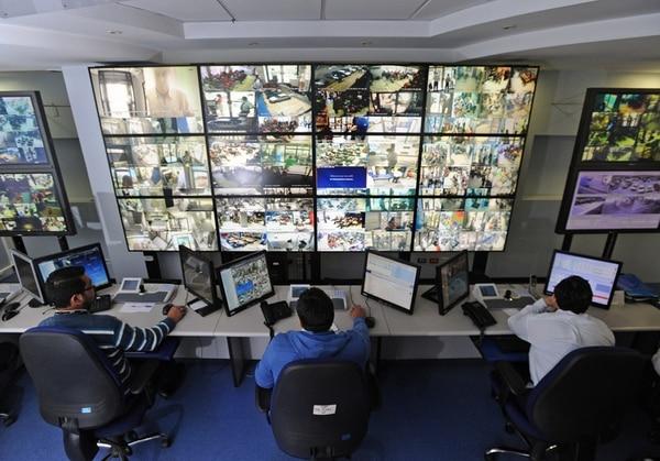 En esta sala del BCR, en San José, investigadores analizan los movimientos de clientes y empleados de las diferentes sedes, así como las transacciones que se realizan. Ante alertas, avisan a las autoridades. | ALBERT MARÍN.
