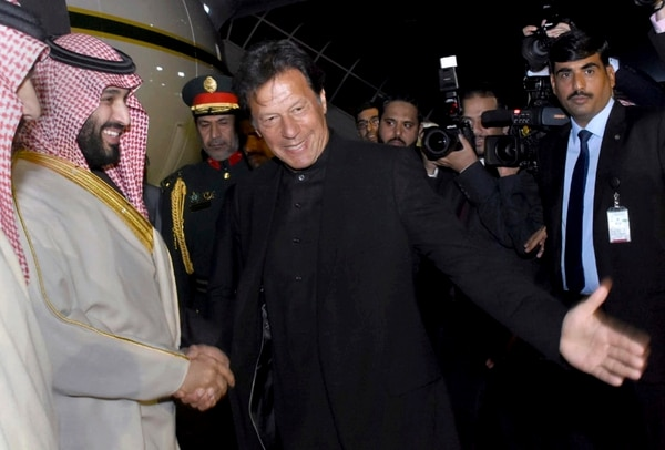El primer ministro de Pakistán, Imran Khan (centro), dio la bienvenida al príncipe heredero saudí, Mohamed bin Salmán (izquierda), este domingo 17 de febrero del 2019 en Islamabad.