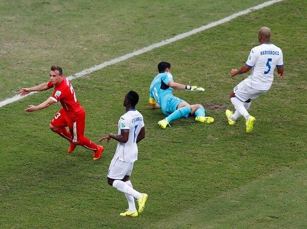 Xherdan Shaqiri (de rojo) fue una pesadilla para la defensa hondureña en el triunfo helvético 0-3. Maynor Figueroa (3), Noel Valladares (18) y Víctor Bernárdez (5) nada hicieron para evitar sus tres goles.