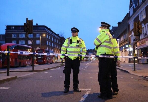 Agentes policiales en Streatham High Road, en el cruce de Woodbourne Road, el 2 de febrero del 2020, después de que la Policía disparara a un hombre tras recibir informes de personas apuñaladas en la calle. Foto: AFP