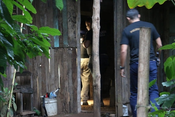 El jueves a las 5:30 p. m. agentes del OIJ en conjunto con la fiscalía allanaron la casa de Urbina Rodríguez, ubicada en Ticabán de Pococí. Fotos de Reiner Montero